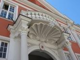 Kunstvoll verziertes Säulenportal mit Stuck unter dem klassistischen Balkon - Rathaus Speyer