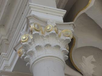 Säulenkapitell Rathaus Speyer , bestehend aus zwei Reihen Eichenblätter und vergoldeten Voluten