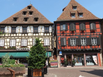 Geschäftshäuser aus dem Mittelalter in Ville d`Obernai - links Familie Dietrich s Geschäft