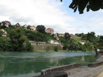 Rhein in der Stadt Laufen (Schweizer Uferseite)
